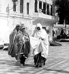 Photo 2. 1906. Sikh women at Harmindar Sahib. Photo by Herbert G. Ponting.New York Sate Archives.http://gt1588.com/celebrating-sikh-women/