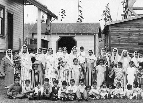 1938, British Columbia. Women & children at a Sikh owned lumber company. Source: http://www.sikhs.org/memories/photo_28.html
